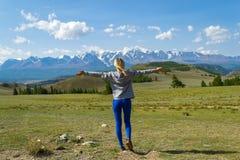 Widok od plecy blond turystyczna dziewczyny pozycja na mountai zdjęcia royalty free