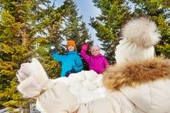 Widok od plecy dziewczyny mienia snowball rzucać Zdjęcie Royalty Free
