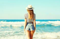 widok od plecy seksowna kobieta cieszy się świeżego odór morze Zdjęcia Stock