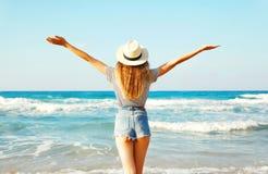 widok od plecy seksowna kobieta cieszy się świeżego odór morze nad niebem Zdjęcia Royalty Free