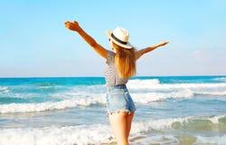 widok od plecy seksowna kobieta cieszy się świeżego odór morze nad niebem Zdjęcie Stock