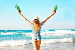 widok od plecy szczęśliwa kobieta z dwa ananasy cieszy się morze Fotografia Royalty Free
