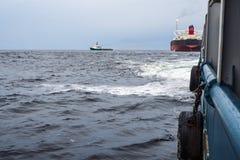 Widok od pokładu AHTS oceanu holownik Tankowa naczynie na tle Zdjęcie Royalty Free