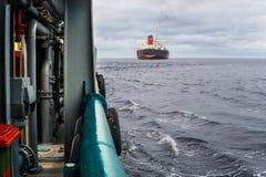 Widok od pokładu AHTS oceanu holownik Tankowa naczynie na tle Obraz Stock