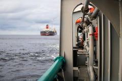 Widok od pokładu AHTS oceanu holownik Tankowa naczynie na tle Zdjęcia Royalty Free