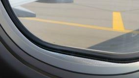 Widok od porthole samolot pas startowy Samolot przygotowywa dla start zdjęcie wideo