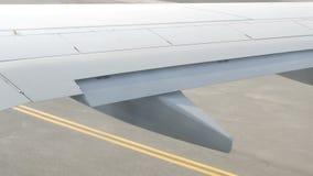 Widok od porthole samolot pas startowy Samolot przygotowywa dla start zbiory wideo