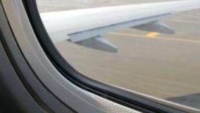 Widok od porthole samolot pas startowy Samolot przygotowywa dla start zbiory