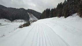 Widok od powietrza halna droga która zakrywał z śniegiem, zbiory