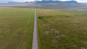 Widok od powietrza pola, wzgórza, haystacks, droga i samochód w ruchu w republice Khakassia niekończący się, Rosja zbiory wideo