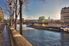 Widok od Quai De Bourbon na Pont saint louis przy zmierzchem obraz stock