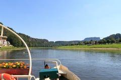 Widok od Rathen promu przez Elbe rzekę w sasie Szwajcaria Fotografia Stock