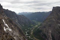 Widok od Rauma rzeczny Trollveggen (Trollwall) Zdjęcia Royalty Free
