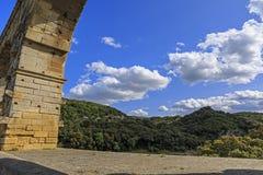 Widok od Romańskiego akweduktu krzyżuje Gardon rzekę, Pont du Gard Obraz Royalty Free