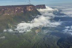 Widok od Roraima tepui na Kukenan tepui przy mgłą - Venez Zdjęcie Stock