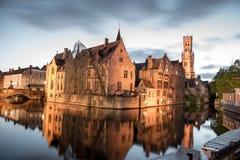 Widok od Rozenhoedkaai Stary miasteczko Bruges przy półmrokiem Zdjęcie Royalty Free