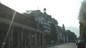 Widok od samochodowego okno como Italy hoteli/lów i drzewek palmowych zdjęcie wideo