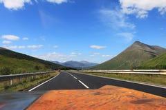 Widok od samochodu na Szkockim średniogórze krajobrazie w lecie - Obraz Stock