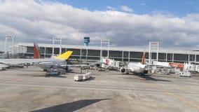 Widok od samolotowego nadokiennego lotniskowego pasa startowego i różnorodnych linia lotnicza samolotów podczas gdy taxiing w  zdjęcie wideo