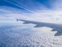 Widok od samolotowego okno, niebieskie niebo Obrazy Royalty Free