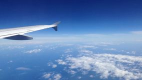 Widok od samolotowego okno podczas gdy latający zbiory wideo