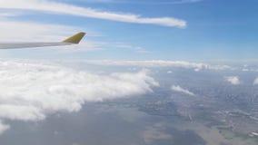 Widok od samolotowego okno pokazuje linia horyzontu, chmury, pięknego las, ocean, statki, góry, wyspy, domy i budynki, zbiory wideo