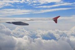 Widok od samolotowej iluminacji nad chmury Skrzydło samolot nad chmurny niebo w słonecznym dniu Pojęcie podróż, wolność, marzy fotografia stock