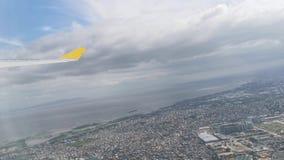 Widok od samolotowych okno seansu dom?w, budynki, chmury, g?ry, linia horyzontu, ocean zbiory