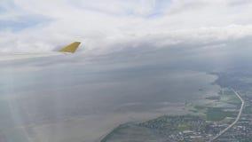 Widok od samolotowych okno seansu dom?w, budynki, chmury, g?ry, linia horyzontu, ocean zbiory wideo