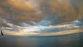 Widok od samolotu, niebo z promieniami nadchodzącymi od chmury out, zdjęcie wideo