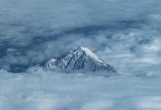 Widok od samolotu wierzchołek góra Olympus w Grecja wśród chmur zdjęcia stock