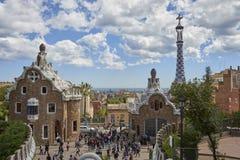 Widok od smoka schody przy wejściem Parkowy Guell praca architekt Gaudi pełno turyści z zdjęcia royalty free