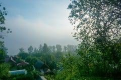 Widok od stromych banków Volga wczesny, mgłowy mornin rzeczny, Obrazy Royalty Free