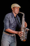 Widok od strony, muzyk bawić się jego saksofon Ładny i piękny instrument w jazzowej muzyce Obrazy Stock