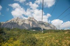 Widok od wagonu kolei linowej wierzchołek góra Petri Obrazy Royalty Free
