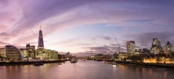 Widok od wierza mosta na Londyńskim pejzażu miejskim z nowożytnymi buiildigs Obrazy Royalty Free