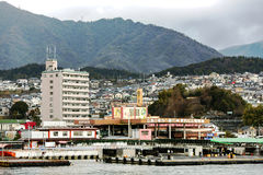 Widok od wody na Japońskim mieście Hiroszima Zdjęcie Stock