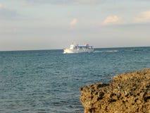 Widok od wybrzeża St George na błękitnej i białej łodzi - ażio Georgios Corfu, Grecja - fotografia royalty free