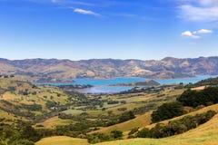 Widok od wzgórza Barrys zatoka blisko Akaroa, Nowa Zelandia fotografia royalty free