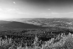 Widok od wzgórza Jested drewna wokoło Virive kameny kamieni z Jizerske hory górami, Liberec miastem na tle i Fotografia Stock