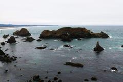 Widok od wzrosta skalisty wybrzeże ocean spokojny zdjęcia stock