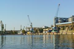 Widok od zatoki zbożowy terminal ładowniczy żurawia port morski na doku i Stevedoring firma Fotografia Stock