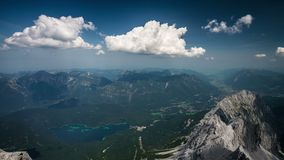 Widok od Zugspitze szczytu na Garmisch-Partenkirchen i Eibsee upływie zbiory wideo