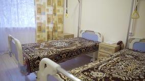 Widok oddział z dwa medycznymi łóżkami zakrywającymi z przyglądającymi koc zbiory