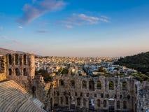Widok Odeon Herodes Atticus teatr na akropolu wzgórzu, Ateny, Grecja, przegapia miasto przy zmierzchem obraz royalty free