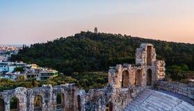 Widok Odeon Herodes Atticus teatr na akropolu wzgórzu, Ateny, Grecja, przegapiający wzgórze i miasto muzy lub Philpppapou zdjęcia royalty free