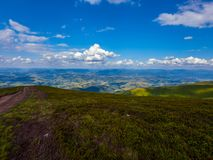 Widok odległe góry z wierzchu porosłych zielonych traw i krzaków, które promienie słońce Obraz Royalty Free