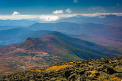 Widok odległe granie Biali jeziora C i góry Obrazy Royalty Free