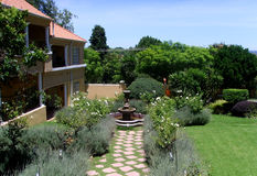 Widok ogrodowy i piękny kolonisty dom Zdjęcia Royalty Free