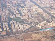 Widok ogromny Indiański miasto Mumbai od samolotowego okno obrazy stock